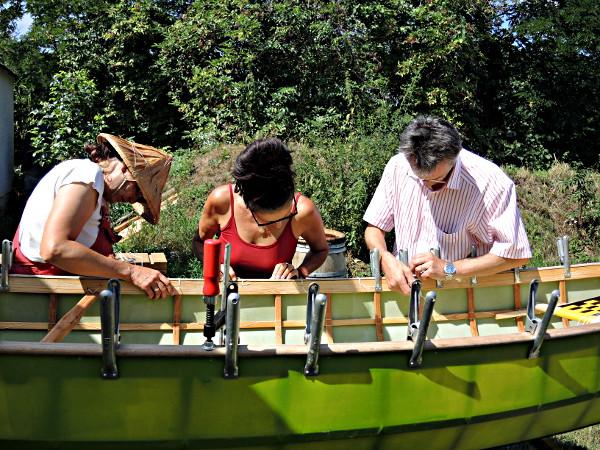 Beim Bootsbau helfen