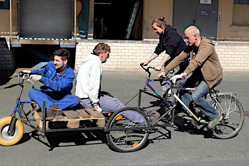 Vier Männer unterwegs mit einem Pedalboot