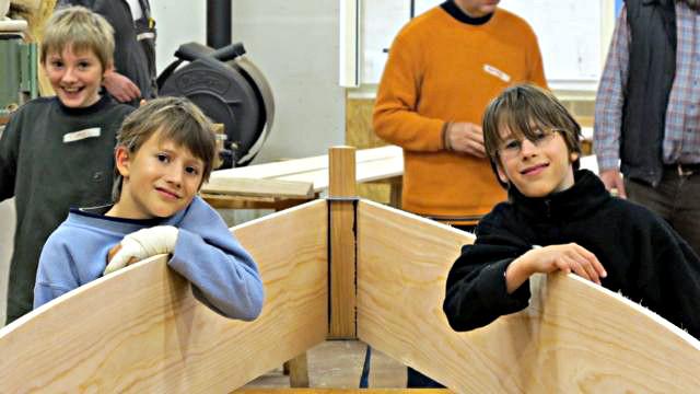 Kinder, Jugendliche und Erwachsene bauen ein Lake Caddo Bateau